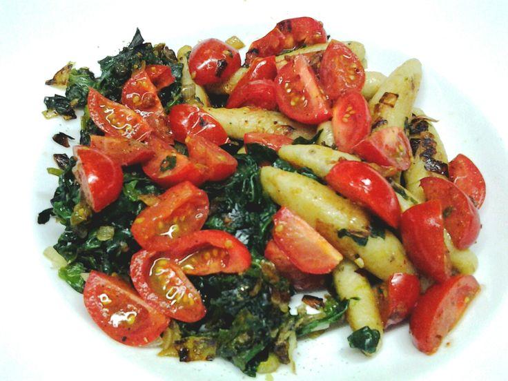 Rumfortessen: Schupfnudeln mit Spinat und Tomaten