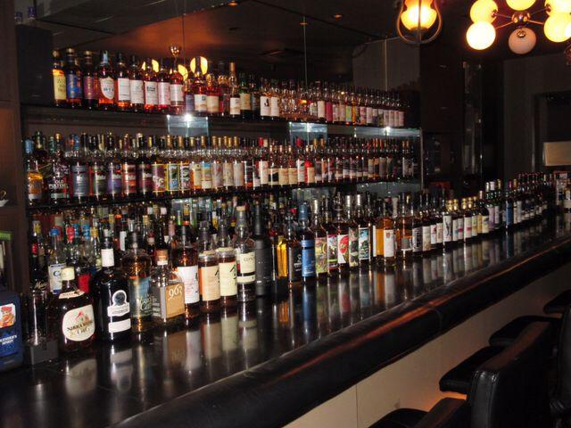 世界的なウイスキー品評会である「ワールド・ウイスキー・アワード」。 2017年版が、2017年3月30日に行われ、日本のジャパニーズウイスキーが3つの部門で世界一となりました! http://www.worldwhiskiesawards.com/ そのうちのシングルカスクシングルモルトウイスキー部門で、世界一に輝いたのは、日本が誇るクラフトウイスキーの雄、イチローズモルトが送り出した「イチローズモルト秩父ウイスキー祭2017」です。 この受賞により、製造元のベンチャーウイスキー社の社長である肥土伊知郎社長が秩父市で初の市民栄誉賞を授与されました。 - 秩父ウイスキー世界一 ベンチャーウイスキー社長に初の市民栄誉賞(埼玉新聞) そんな世界が大注目している「イチローズモルト秩父ウイスキー祭2017」や、他のイチローズモルトを飲めるお店を紹介します。(HIDEOUT CLUBアプリに在庫登録している店舗を紹介します) ※2017年4月20日時点。 東京都でイチローズモルト秩父ウイスキー祭2017が飲めるお店 赤坂にあるBAR Virgo  BAR V...
