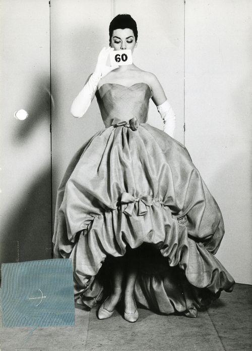 CRISTOBAL BALENCIAGA. HOUSE PHOTOGRAPH OF EVENING GOWN OF TURQUOISE SILK GAUZE, SUMMER 1958. COURTESY BALENCIAGA ARCHIVE.