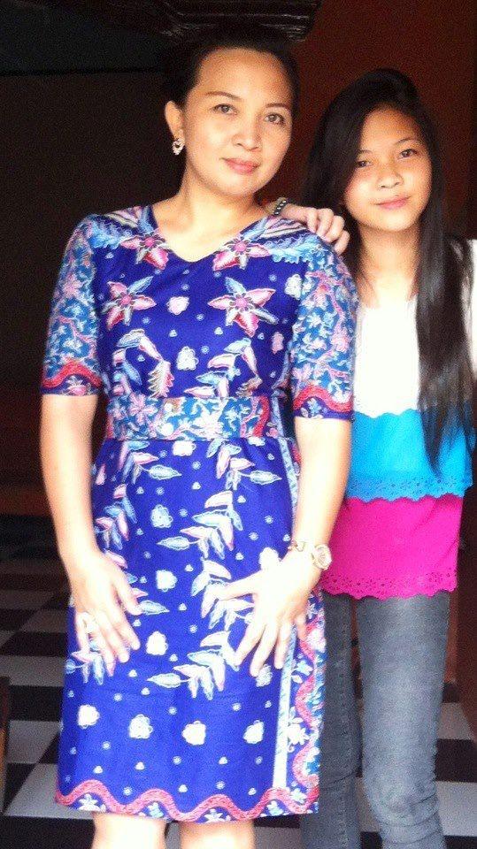 Senang dengan Batik Keris.  Foto oleh Ibu Hellen Sengkey dari Bandung. Terima kasih atas fotonya!