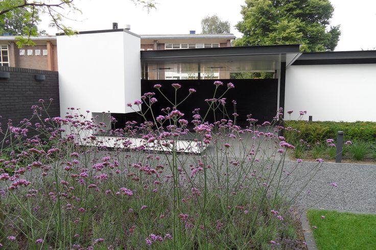 Exclusieve tuin, moderne tuin, strakke tuin, Villa tuin, tuinarchitectuur, buiten kachel, buiten haard, moderne overkapping, overkapping, tuinmeubelen, www.hendrikshoveniers.nl
