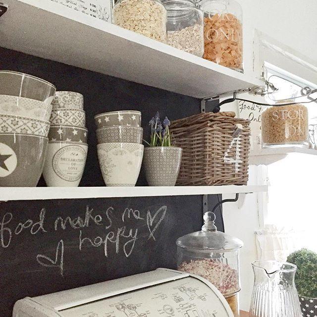 Vähän särmää keittiöön😊😅👍 #kitchen #keittiö #chalkboard #greengate #myhome #instahome #rivieramaison #avohyllyt #dcfix #interiorinspiration #inspiration #sisustus