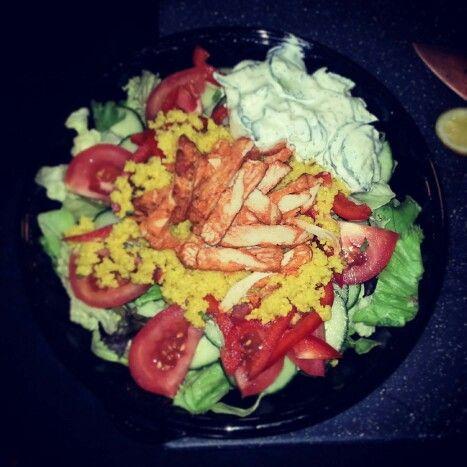 Salade met gegrilde hete kip, tomaat, komkommer,  botersla en couscous