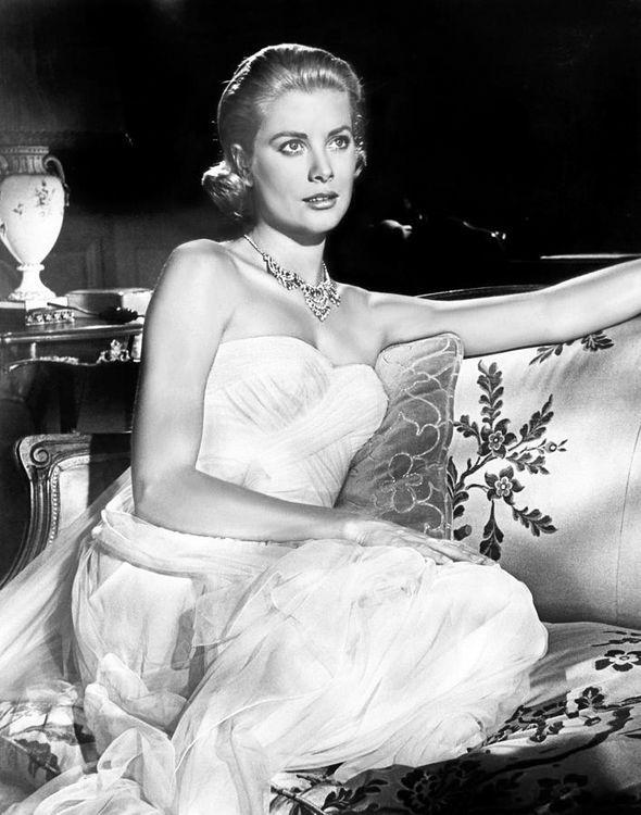 """Grace Kelly, Caccia al ladro, 1955. Una delle bellissime attrici bionde e glaciali dei film di Alfred Hitchcock, moglie del principe Ranieri III, dopo una vita di sfarzi, morì a soli 53 anni perdendo il controllo della macchina che stava guidando. Un brutto scherzo del destino, dato che quasi 30 anni prima, proprio su quella stessa strada nel Sud della Francia, aveva girato una scena in macchina al fianco di Cary Grant durante le riprese di """"Caccia al ladro"""""""