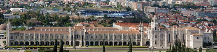 Jerónimos_April_2009-1a - Joaquim Alves Gaspar - «Mosteiro dos Jerónimos, Lisboa». 2009. Fotografia. Publicada em Wikimedia Commons e disponível em: https://upload.wikimedia.org/wikipedia/commons/0/01/Jer%C3%B3nimos_April_2009-1a.jpg