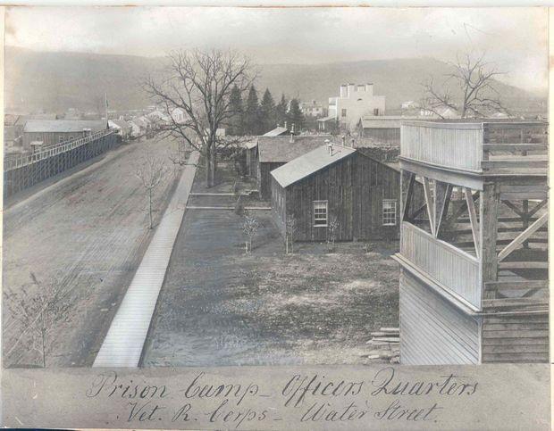 Durante la guerra civil estadounidense, se levantó un campo de prisioneros en Elmira. En emprendedor del pueblo construyó una torre para mirar a los reclusos, y cobraba 15 centavos por la admisión