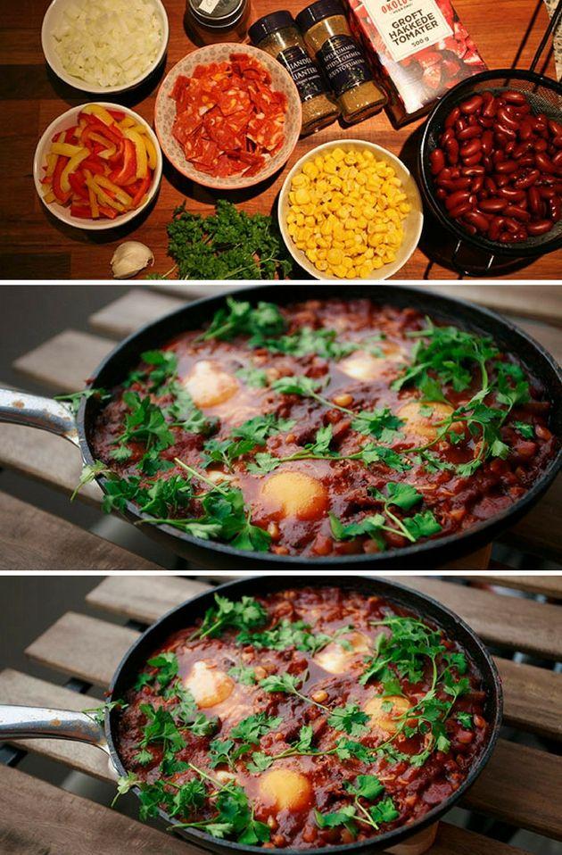 Fantastisk mexicansk ret med æg, som tilberedes i en skøn, let krydret tomatsauce. Er traditionelt en morgenmadsret, men kan sagtens spises til frokost og aftensmad også.