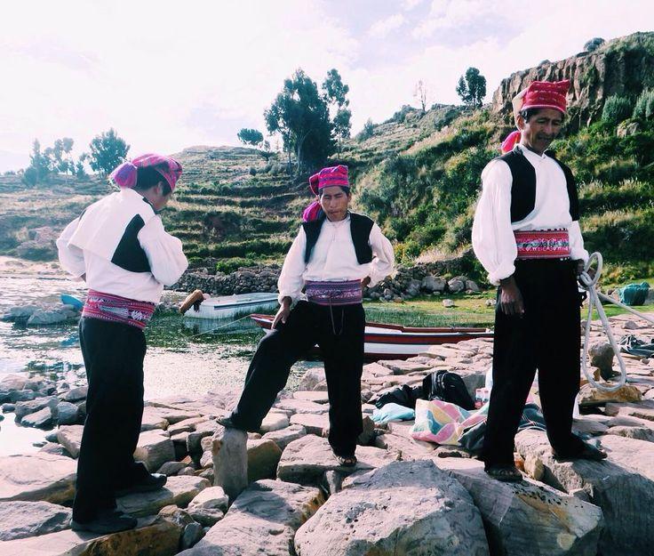 #チチカカ湖 に浮かぶ #タキーレ島 を出るとき見送りにきてくれた3人の男性達この帽子の先が右側に垂れてたらハッピー左側だと悲しい気持ちを表すそう通常は真後ろ自分達で縫うそうです そしてこのベルトは結婚するときの約束を奥様が込めて織り込むそうです子どもは3人家を建てる愛し続けるなど毎日ちゃんとこれをつけるなんて素敵 3 guys from #Taquille #island floating on the #Lake #Titikaka . When tail of the hat is on the right side they are happy. When it's left side they are sad. Usually it's just right back as those three do. The belts are present from their wives. Each patterns show the promise of marriage. For example Build a house have 3 children love…