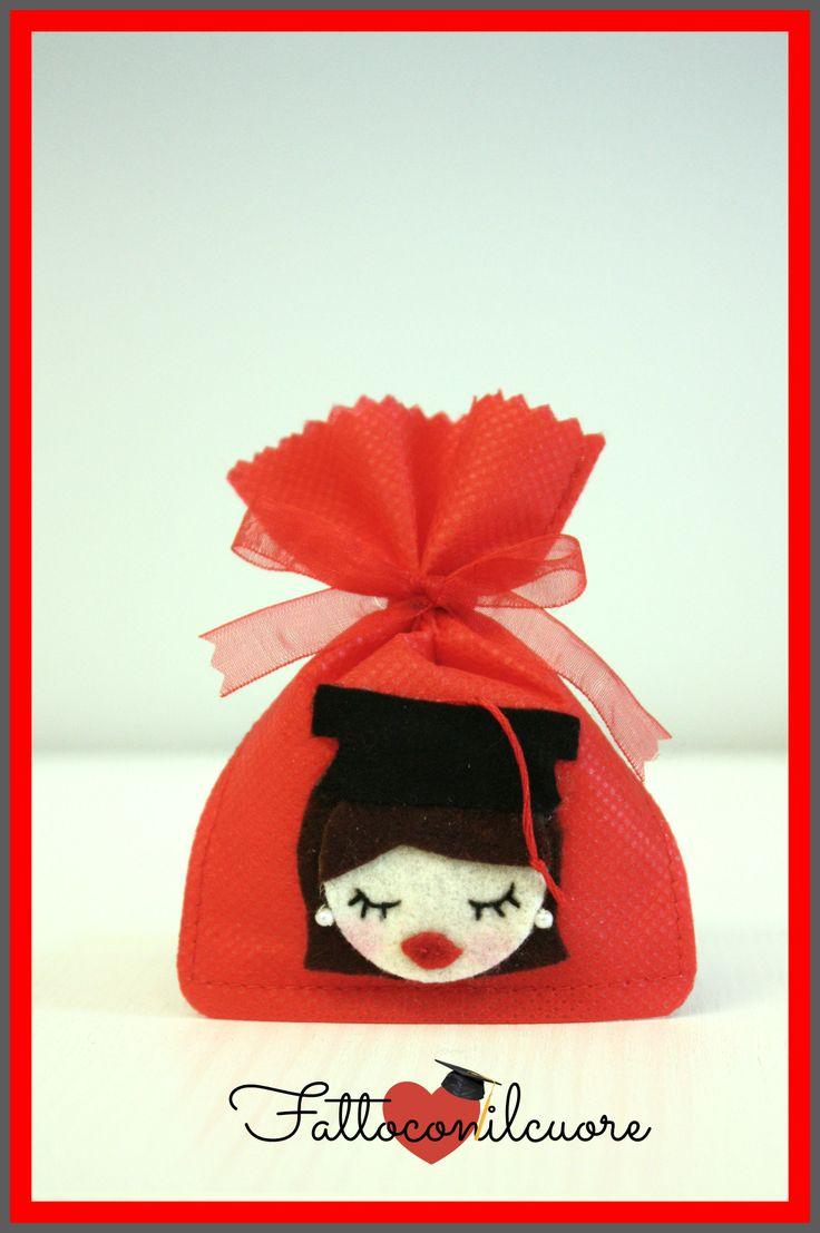 sacchetto bomboniera laurea dottoressa con tocco , interamente realizzato a amno. lo trovi sul mio shop di #misshobby.com  http://www.misshobby.com/fattoconilcuore
