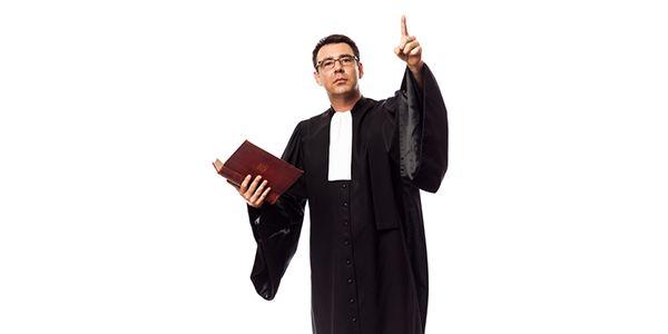 De man is een advocaat.