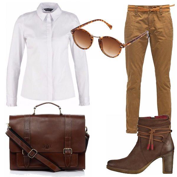 Outfit minimal, che si basa su colori neutri come bianco e marrone. La camicia bianca classica è abbinata ai pantaloni, volendo posta dentro per lasciare visibile la cintura in vita. I risvolti lasciano scoperte le caviglie, e quindi il collo degli stivaletti marroni e la borsa a cartella è perfetta sia per la scuola che per l'ufficio.