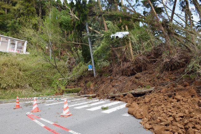 土砂崩れでふさがった道路=熊本県南阿蘇村