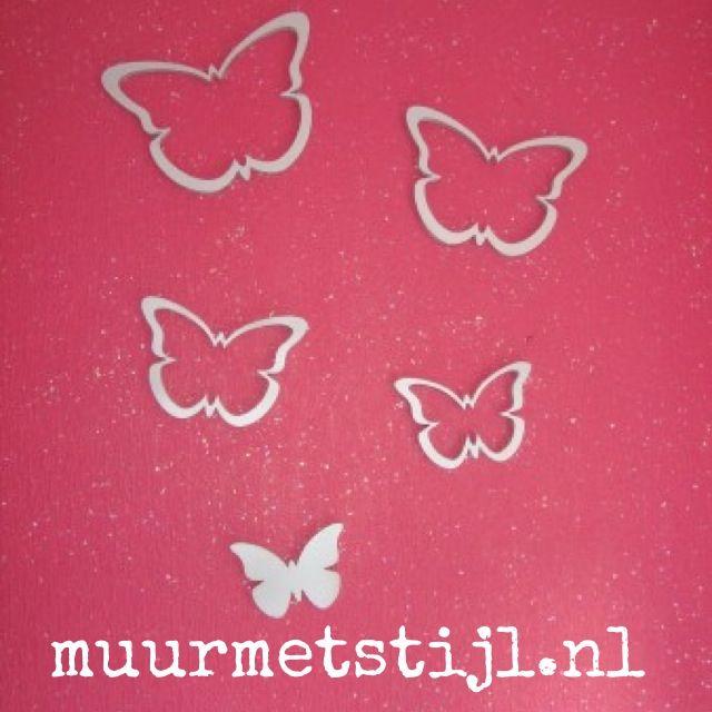 De houten vlinders van het merk wallter geplakt op een for Muurdecoratie babykamer