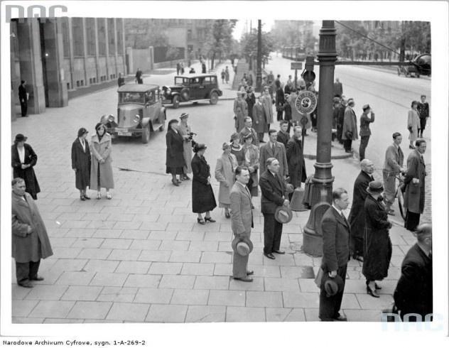 Uczczenie pamięci Józefa Piłsudskiego chwilą milczenia w Alejach Jerozolimskich, widoczne samochody.