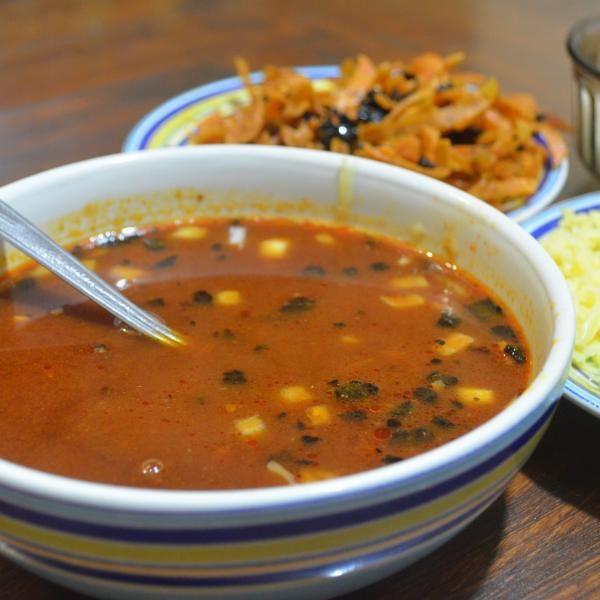 Aprende a preparar sopa tarasca estilo Michoacán con esta rica y fácil receta.  La sopa tarasca es un platillo original de la Meseta Purépecha en Michoacán, elaborad...