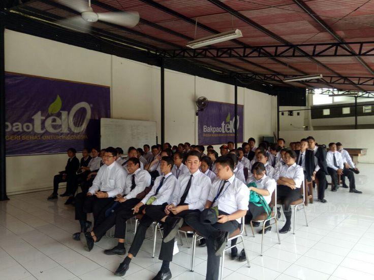 250 Siswa SMK Baranangsjang Bogor Gali Ilmu ke Repoeblik Telo. https://malangtoday.net/wp-content/uploads/2017/03/rt2.jpg [vc_row][vc_column][vc_column_text]MALANGTODAY.NET – Sekolah Menengah Kejuruan (SMK) Baranangsjang Bogor kali ini berkesempatan berkunjung ke Repoeblik Telo. Tidak mau ketinggalan dengan sekolah lain, kunjungan kali ini juga mau menggali lebih banyak pengetahuan terkait pengolahan uni loh... https://malangtoday.net/malang-raya/250-siswa-smk-baranangs