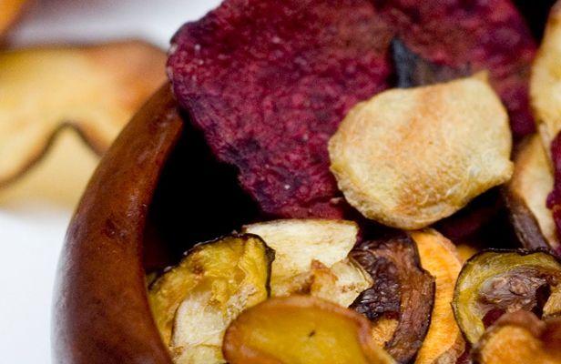 Maak met de voedseldroger eenvoudig zelf chips. Een stuk gezonder en net zo lekker! Natuurlijk smaakt chips uit de voedseldroger niet zoals een zakje gekochte chips waar zout en kruiden aan toegevoegd zijn en wat gefrituurd is.