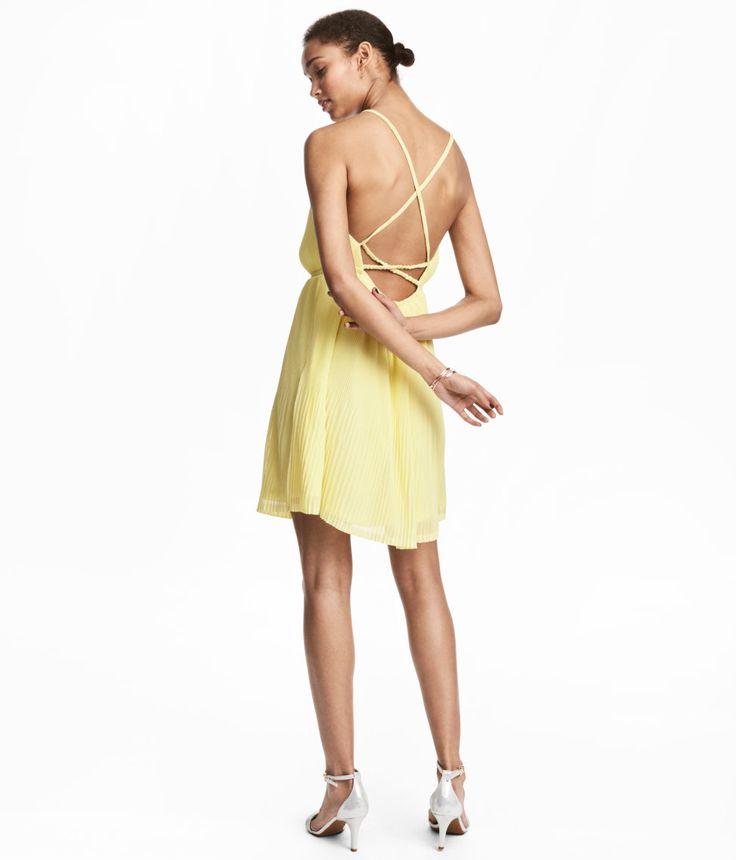 Check this out! Kort, plisseret kjole i tynd, crepet kvalitet. Kjolen er skåret med elastik i taljen og har åbning foroven. Åben ryg med smalle skulderstropper, som er krydsede bagpå. Med for. – Gå ind på hm.com for at se mere.