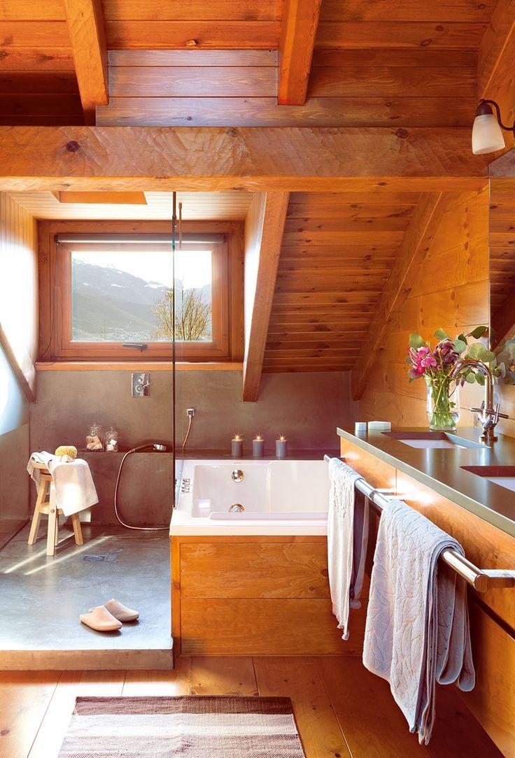 Cuarto de baño abuhardillado con techo, suelos y paredes de madera. Cuarto de baño