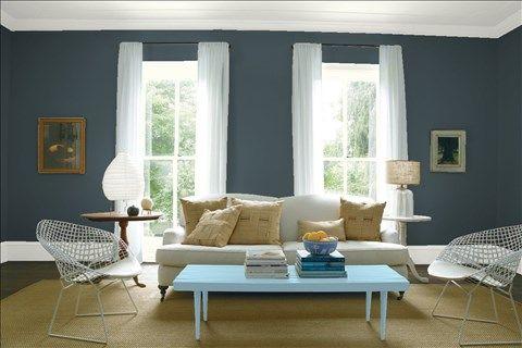Admirez l'agencement de couleurs de peinture I réalisé avec Benjamin Moore. Via @benjamin_moore. Mur: Romarin HC-157; Moulures: Blanc Berbère OC-51; Table: Bleu Ciel HC-153; Plafond: Blanc Berbère OC-51.