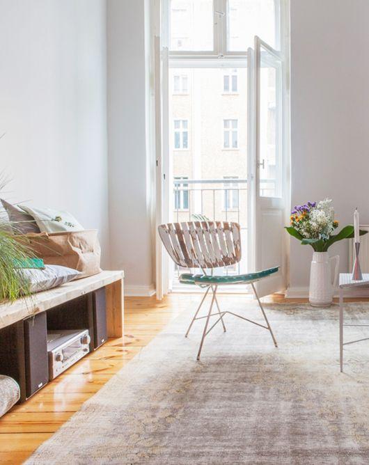 Pour ce petit appartement à Berlin,Vintagency aréalisé un joli projet. Les architectes ont misé sur les touches de couleur et sur un mélange équilibré des styles. De la décoration scandinave avec du mobilier vintage et l'inspiration industrielle. Lapalette douce avec quelques couleurs chaudes comme le rouge, crée un effet paisible et accueillant. Les tons neutres agrandissent visuellement l'espace de cet intérieur très lumineux. Malgré le décor bien masculin et assez minimaliste,on…