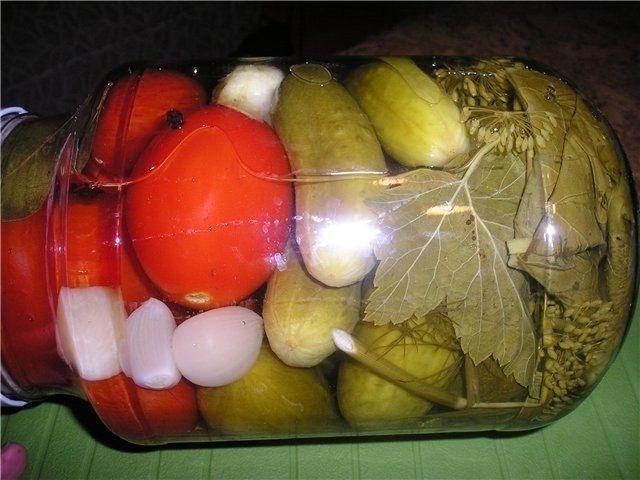 Фото к рецепту: 15 лучших рецептов огурцов на зиму