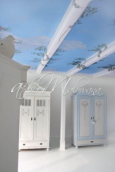 Malarstwo ścienne, iluzjonistyczne - sufit w Atelier Malowana, w głębi szafy secesyjne ręcznie malowane. © 2014 Atelier Malowana. All rights reserved. http://ateliermalowana.pl/
