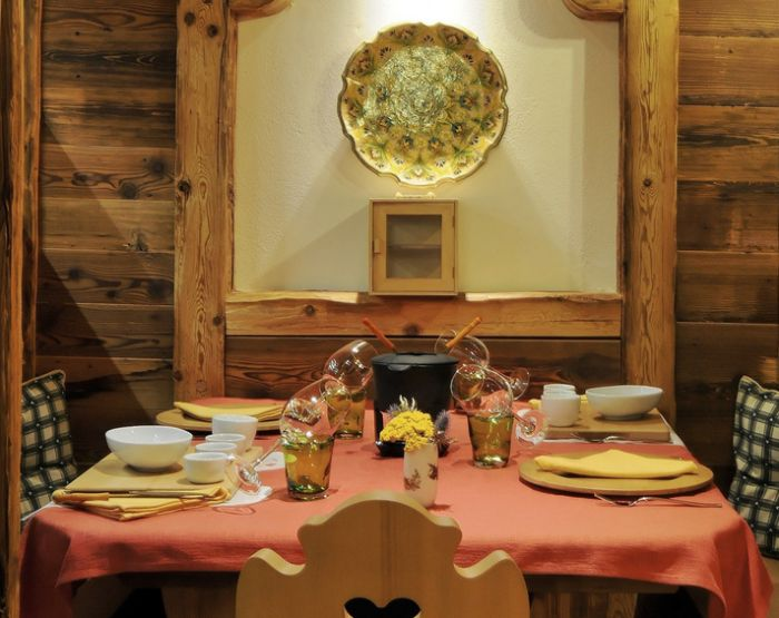 The restaurant gourmet Due Pini is located on the ground floor. The interior blends elements of traditional style with an atmosphere that tends to the contemporary.