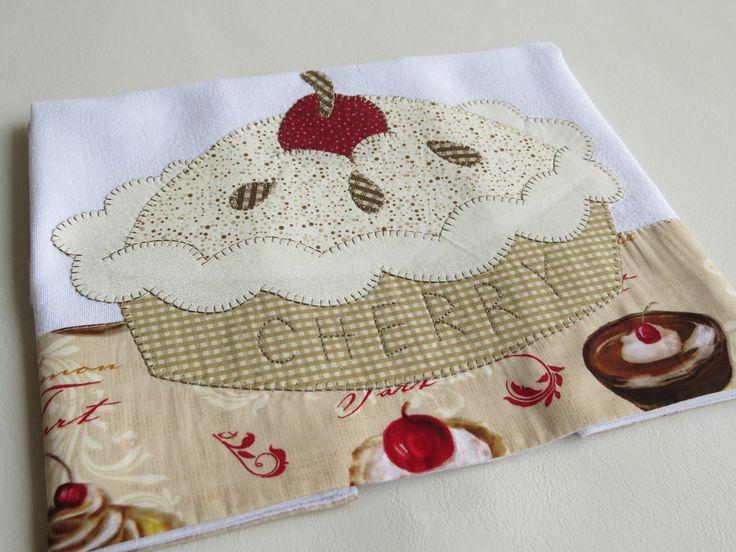 Patch aplique de Prato de doce. Bordado em ponto caseado. Barra e aplicação em tecido 100% algodão. Sob encomenda, as estampas podem sofrer alterações, mantendo as tonalidades.