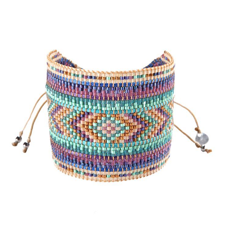 Incroyable parure ornementée de perles à glisser au poignet, s'ajustant subtilement grâce à deux petits lacets.