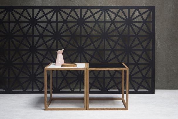 Sixto kubebord fra Nicolaj Bo™. Designet af Thor Høy. Stel i massiv egetræ. Bordplader i lysog sort linoleum. Kan vendes.