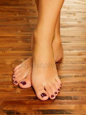Pés femininos no salão spa no procedimento de pedicure