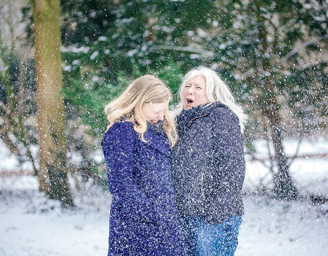 Lente bloemen komen al weer langzaam tevoorschijn en vorige maand sneeuwde het nog.  Jarige moeder en dochter Rosa bekogeld met een sneeuwbal gegooid door een van haar zoons. De fotoshoot stond al gepland en de sneeuw was een aangename verrassing!  #familiefotosessie #familiefotoshoot #fotoshoot #sneeuw #winterwonderland #fotoshootinsneeuw #sneeuwbalgevecht #laathetsneeuwen #makingmemories2017 #nalatenschap #ctfotoshoot