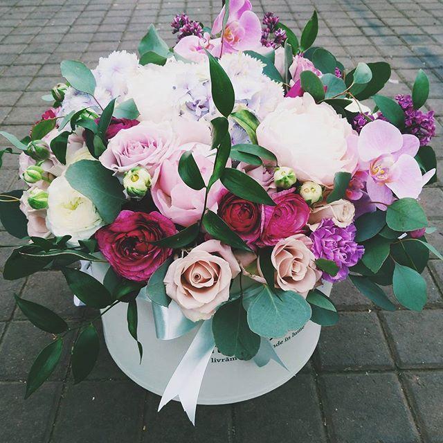 Aranjament floral elegant în cutie. Stylish box flower arrangement.
