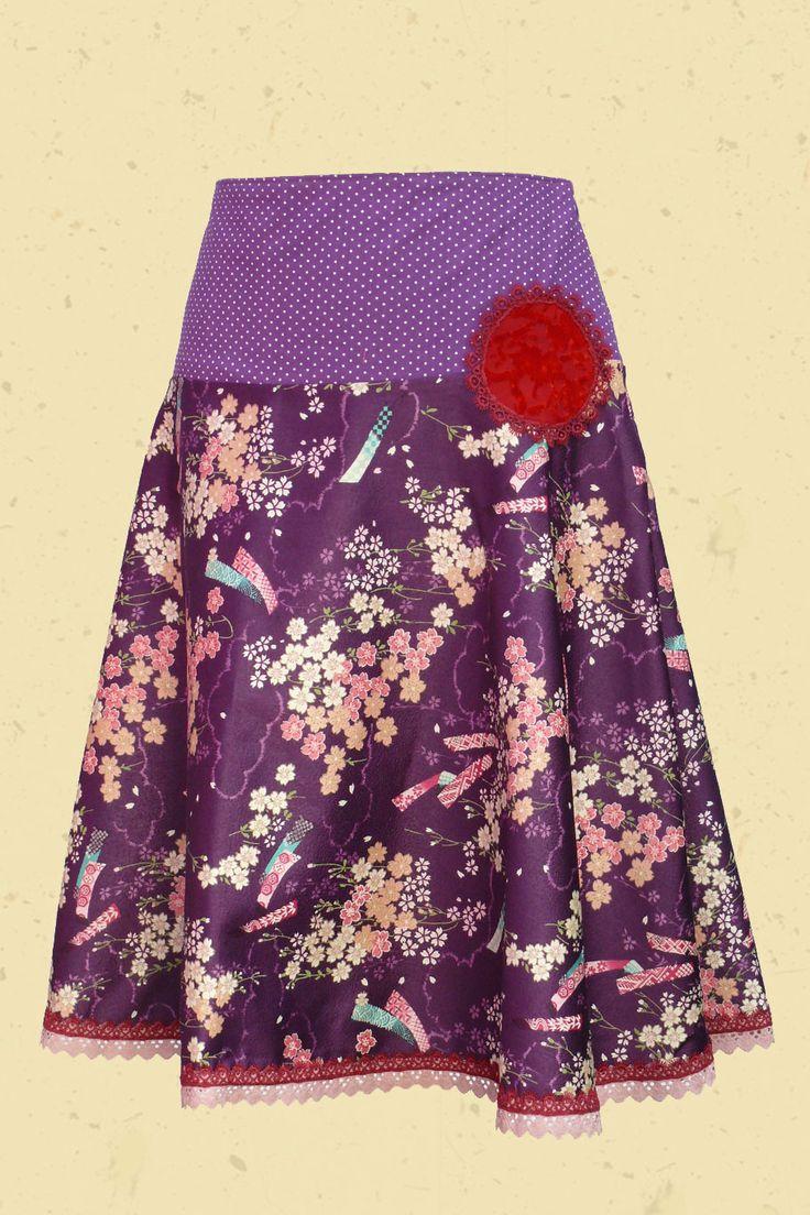 Paarse klokrok met Japanse bloemenprint en stippen