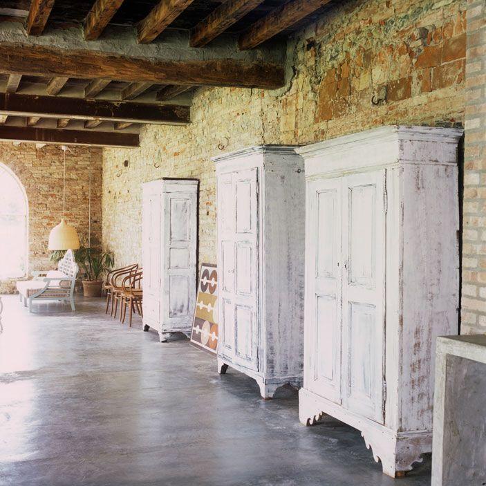 casa Piacenza Marina Sinibaldi Benatti 09: Camere eclettiche. Nelle stanze da letto, che occupano il primo piano dell'ala padronale del complesso, sono assemblati arredi antichi, come gli armadi ottocenteschi, e complementi moderni