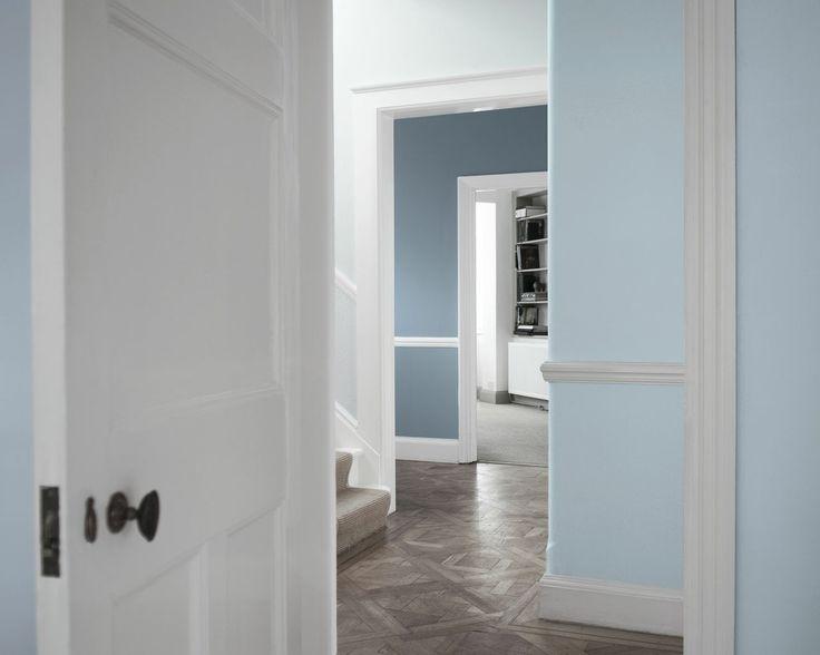 Ajoutez une touche d'élégance avec ce bleu pâle. Le bleu associé au blanc lumineux évoque une porcelaine, fine, élégante et intemporelle, pour ce vestibule frais et apaisant.