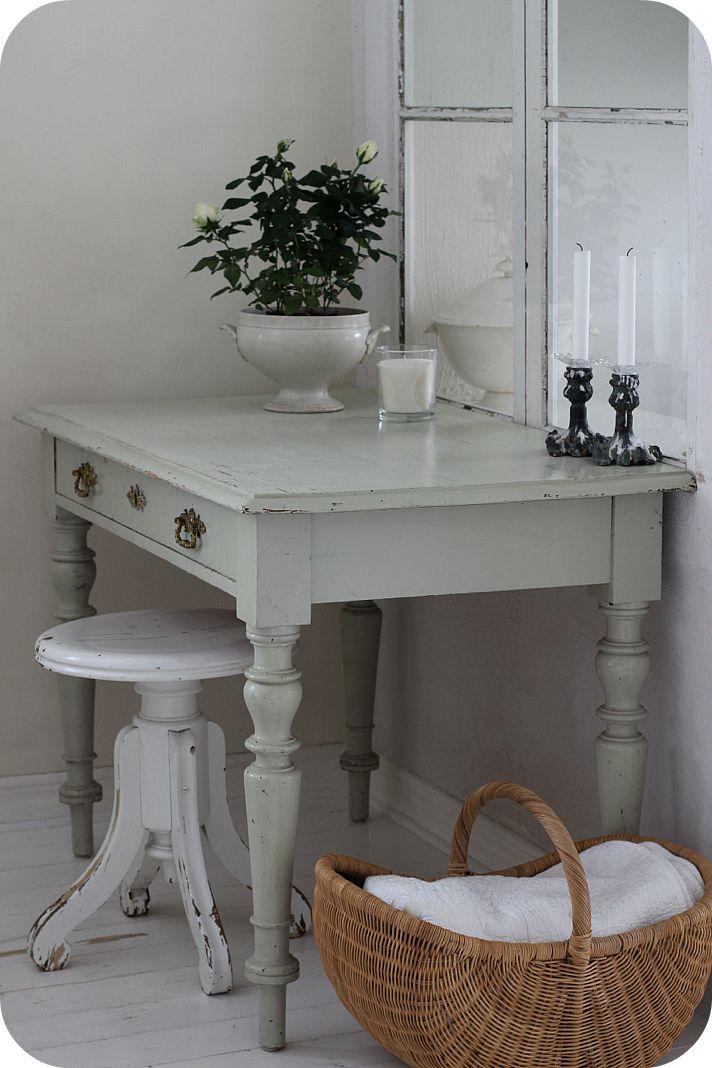 LILLA BLANKA: Antikt skrivbord ~ Antique desk