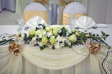 Классическая форма цветочной композиции в свадебном оформлении