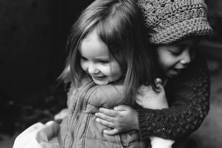 Ensaio sensível retrata a linda amizade entre duas irmãs | Estilo