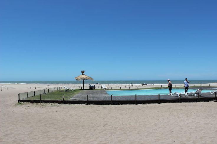 Échale un vistazo a este increíble alojamiento de Airbnb: Chacras del Mar - Depto en la playa - Departamentos en alquiler en Mar Azul