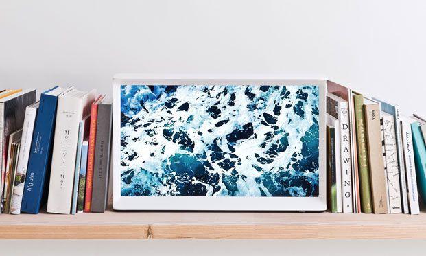 Братья Эрван и Ронан Буруллеки попробовали себя в новой для себя области – специально для производителя техники Samsung дизайнеры спроектировали телевизор Serif TV. В противовес однообразным черным прямоугольникам модель обзавелась стильным деревянным корпусом.
