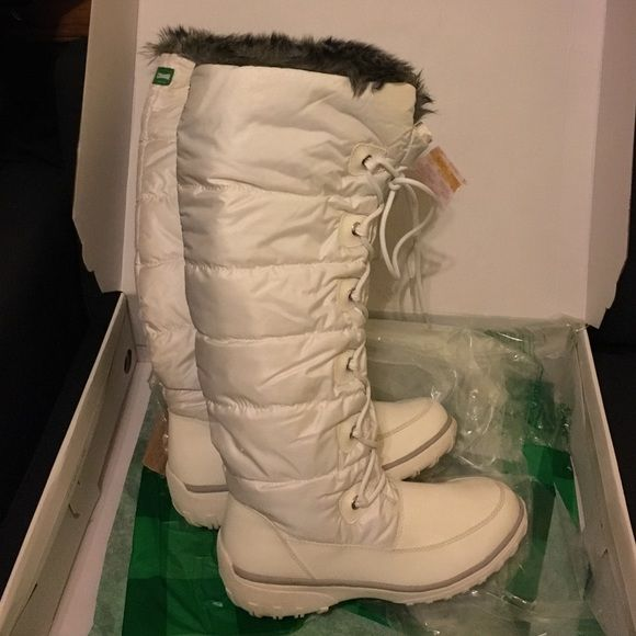 New Cougar White Winter Boots - Original box New winter boots, extremely quality. I bought the boots online, wore them only once, and realized that they are one size bigger than what I really needed. At the time it was too late to return them, because I bought  them more than a month before the winter started. These are my dream winter boots and I'm sad to part from them. Still, I feel bad keeping them in the closet. They are very comfortable and not heavy. Height from bottom of the sole…