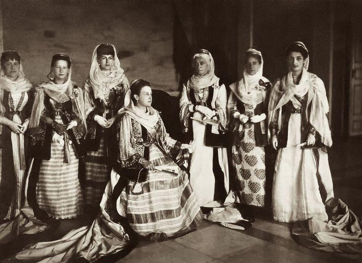 Carl Boehringer. Μέλη της βασιλικής οικογενείας στο Τατόϊ, 1897. Ο γερμανικής καταγωγής γνωστός φωτογράφος της Αθήνας, είχε λάβει μέρος στη Διεθνή Εκθεση του Παρισιού το 1900 και είχε τιμηθεί με το πρώτο χρυσό βραβείο στη Διεθνή Εκθεση του 1903 στην Αθήνα. Ακόμη κατείχε τον τίτλο του «Φωτογράφου της Αυλής».