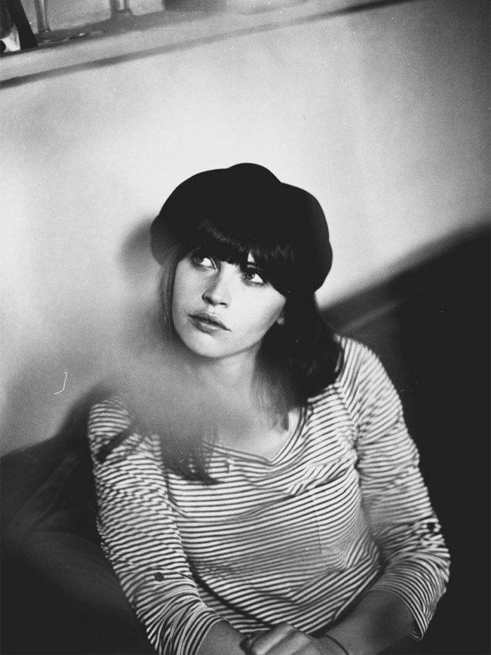 britische-Schauspielerin-Felicity-Jones-französischer-Stil-Barett-schwarz-weißes-Foto-stilvoll-schick                                                                                                                                                                                 Mehr
