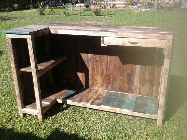 Bar mostrador madera reciclada carpinteria pinterest - Mostrador de palets ...