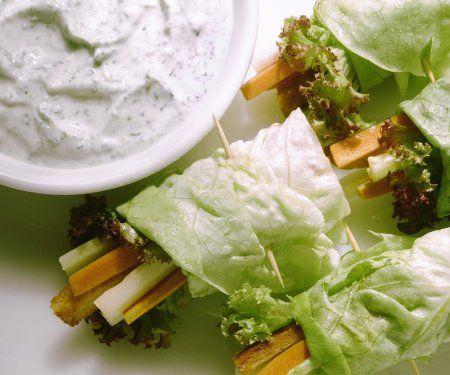 Salat-Röllchen mit Kräuterdip