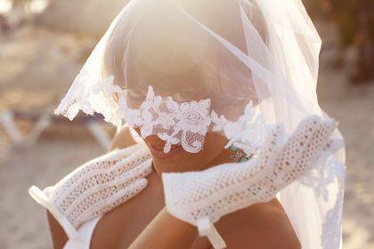 Свадебные перчатки `Anette`. Вы уже купили свадебное платье, туфли и фату. Весь наряд отлично на вас смотрится, но всё же чего-то не хватает. Может быть, такой мелочи, как перчатки?     Нежные, ажурные перчатки подчеркнут ваш романтичный образ.