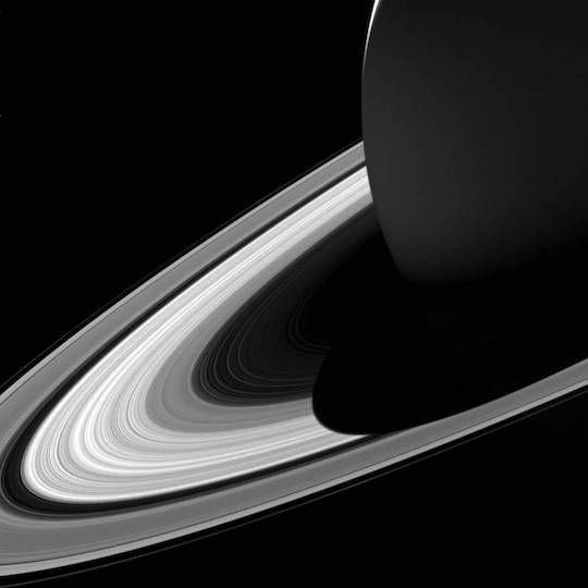 現在土星の最終観測ミッションを行っている探査機「カッシーニ」から、「土星の影がその環に落ちる」という、なんとも感動的な撮影画像が地球へと届けられました。   今回の画像は2017年2月3日に、土星から120万キロ離れた地点から行われました。2009年に春を迎えた土星はその影が短くなっており、土星の夏に向けてさらに影は短くなります。NASAによれば、2017年5月に訪れる夏至時点での影の長さは「A環」の一部に達する程度。なお、土星で季節が一周する1年は地球での29年以上に相当します。   現在も土星にて22回の周回ミッション「グランド・フィナーレ」を継続している、カッシーニ。次はどんな素晴らしい天文写真で、私達の目を喜ばせてくれるのでしょうか?   Image Credit:NASA/JPL-Caltech/Space Science Institute ■Wow! Saturn Casts Shadow on Rings in Gorgeous Cassini Photo http://www.space.com/36847...