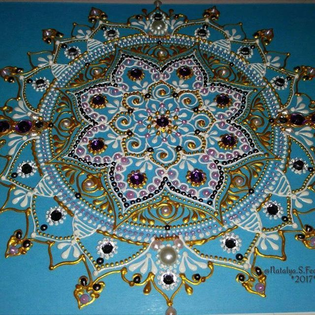 Мерцание небес! Чудесного дня вам! Пусть сила вселенной одарит ваш мир благодатью! .  Кристальная мандала на стекле! 30*40, в процессе/in progress  .  .  #кристалл #рисунок #mandalaart#drawing #art #artinsta#графика#зентарт#тангл#дзен#мандала#рисунок#линии#узор#дудлинг#zentangle #mandala #art#zenart#tattoo#sketch#artinsta#artist#кристальная_мандала#настекле#назаказ#vetro#pebeo#progress#картина#стразы